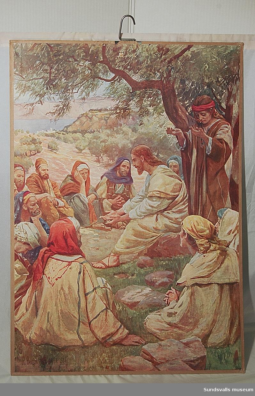 Skolplansch. Den tryckta bilden är uppfodrad på kartong med en metallkrok som upphängningsanordning i övre kanten. höjd 68,5 cm, bredd 48,5 cm. En etikett på baksidans nedre vänstra sida har texten 'SAIETZ Nelson: Nya Testamentet Jeus lär sina lärjungar bedja 215'.