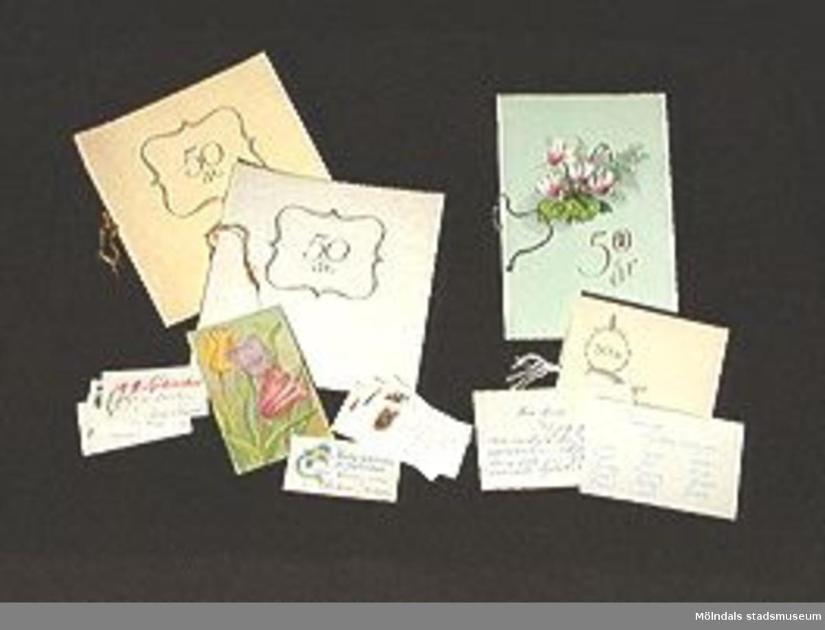 En bunt om sexton stycken gratulationskort med anledning av Anna Svensson 50-årsdag.Föremålet förvärvat från Anna Svensson genom Gösta Wickström.