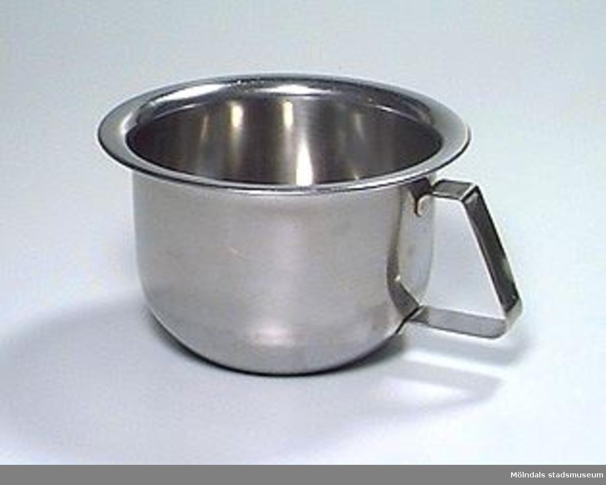 2 st. pottor i rostfritt stål, antagligen använd under barnhemstiden på 1940-talet.Uppgifter om Holtermanska daghemmet finns i arkivet.