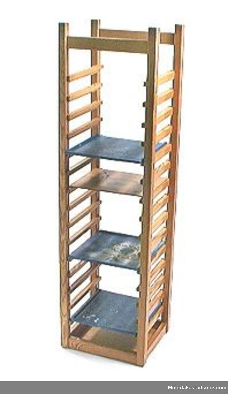 Vagn i obehandlat trä. Hög vagn med fack för att ställa in brickor eller liknande i.Se även foto MMF 96: 845, 96: 823, 96: 834.