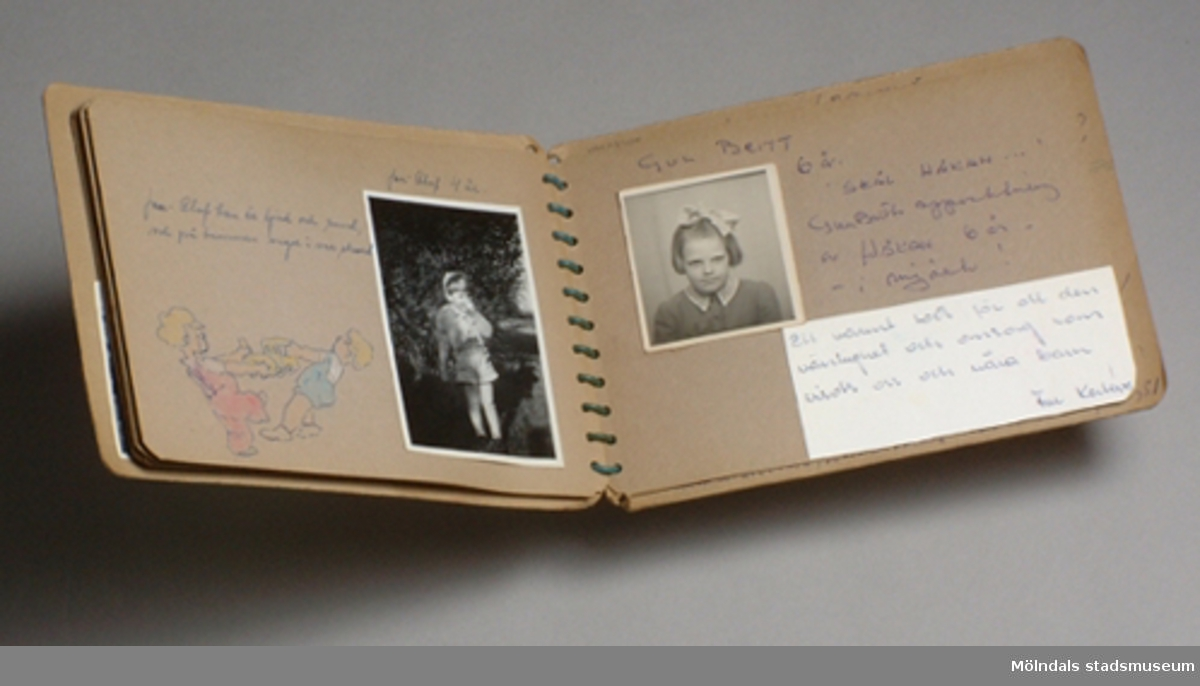 """8-sidors album med bilder från Krokslätts daghem, Dalhemsgatan 7, Mölndal.Albumet innehåller porträtt på barnen och till varje bild hör en kort personlig vers och en tecknad figur.Ett ljusbrunt album som hålls ihop med blå spiral. På framsidan sitter Mölndals """"kommunmärke"""" i högra hörnet."""