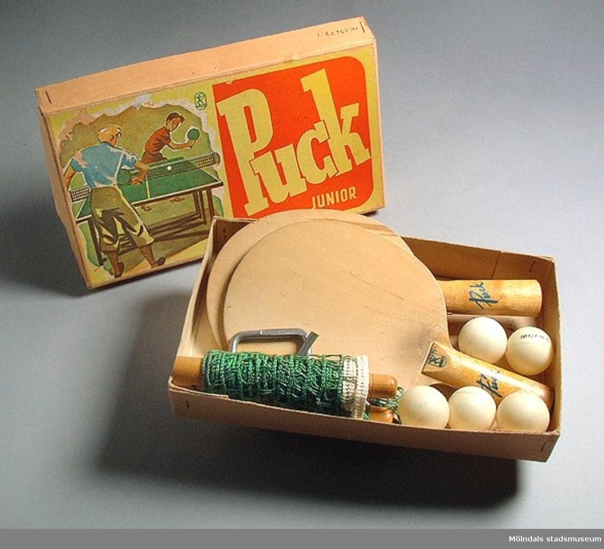 Kartong MM03677:1, med spelregler för bordtennis i locket.Racketar MM03677:2, 2 st.Nät MM03677:3, 1 st.Tvingar MM03677:4, 2 st.Bollar MM03677:5, 5 st.Bordtennisspelet/pingisspelet inköptes troligen på 1940-talet. Användes senare av givarens barn på 1960-talet, då spelet sattes upp på ett slagbord.