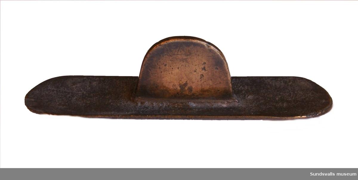 Metallbricka med rundade ändar och handtag