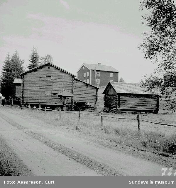 Halvarssons ekonomibyggnader i Överturingen.