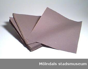 Rektangulära, mörkgrå papper med sträv yta, till att använda i herbarium. Något vikta i hörnen, några är blekta.Forsåker Storegårdens adress: Forsåkersg. 10.