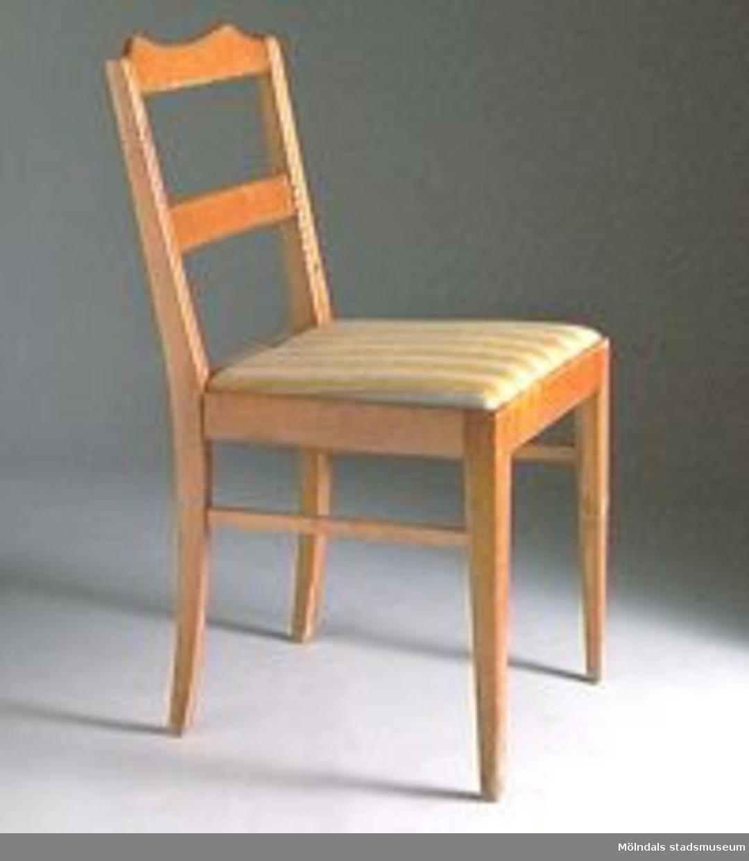 Stol med rygg (två vågräta brädor). R03115:1 Sitsen lös och klädd med tyg som har gula och gråa ränder.(f.d MM01912:1). R0315:2 En stol är oklädd. Den stolen har fast och lackad träsits. (F.d. MM01912:4).Stol MM01912:3-4 utgallrade 2002-01-17, överförda till rekvisita R 03115:1-2.