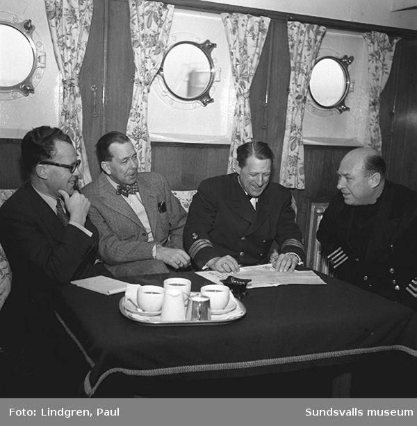 Tankfartyget Diplodon vid oljehamnen i Vindskärsvarv, dit den anlänt med bensin och brännoljor för Shell och Caltex. En serie reportagebilder med fartyg och manskap som arbetade på tankern. Mt Diplodon var en engelsk tanker byggd 1941 för Anglo-Saxon Petroleum Co Ltd i London. Skrotad 1960 i Hongkong.