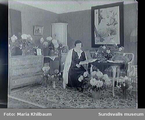 Fru Jönsson i rumsmiljö, jubilar. (Fängelset)