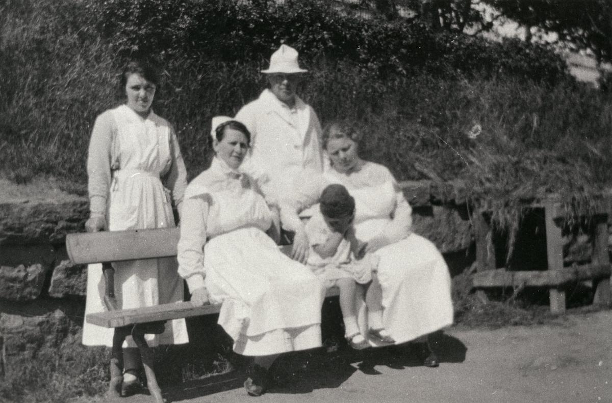 I trädgården vid Kärra Hökegård. Stående fr.v. Greta Gustavsson, Hjalmar Lager. Sittande fr.v. syster Pauline, Lagers dotter, föreståndarinnan Jonsson.Kärra Hökegård var ett försörjningshem för såväl senildementa som psykiskt sjuka, ensamstående mödrar och personer med funktionsnedsättning.  Verksamheten försvann i och med att Lackarebäckshemmet stod klart 1951.