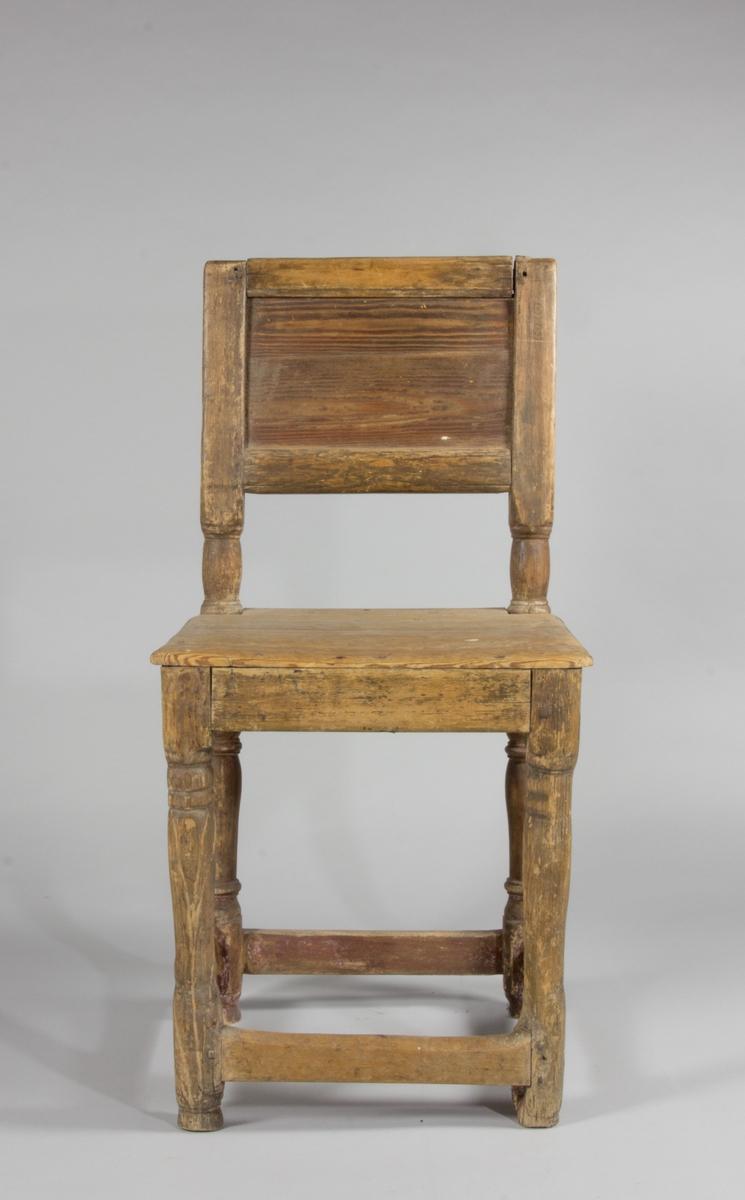 Stol med enkel träsits och ryggbricka. Svarvade ryggstolpar. Svarvade raka ben med stadgande ramslåar.