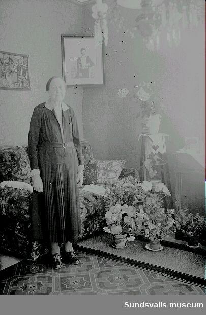 Kvinna i rumsmiljö.