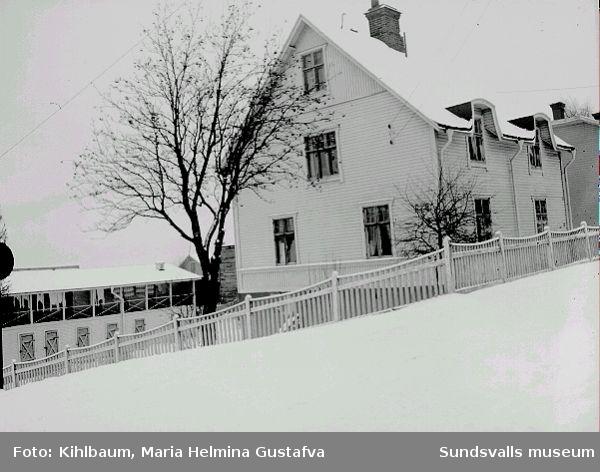 Bostadshus och uthus i korsningen Thulegatan-Södermalmsgatan.
