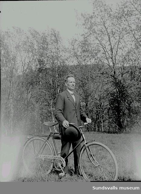 Porträtt. Man med cykel.