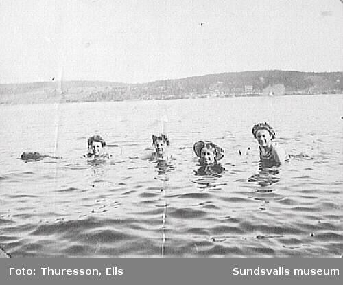 Fyra badande kvinnor i Alnösundet, förmodligen nedanför familjen Thuressons sommarbostad Thurebo, Petersvik.