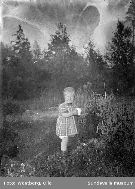 Liten flicka i gröngräset på Alnö.
