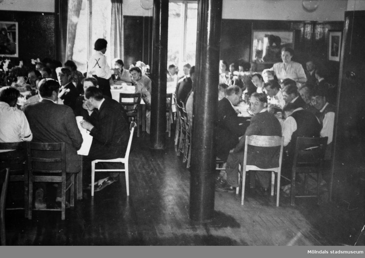 Johan Karlsson som fyller år har fest i Pojkarnas arbetshem på Stretereds skolhem, 1964. Alice finns med på bild.