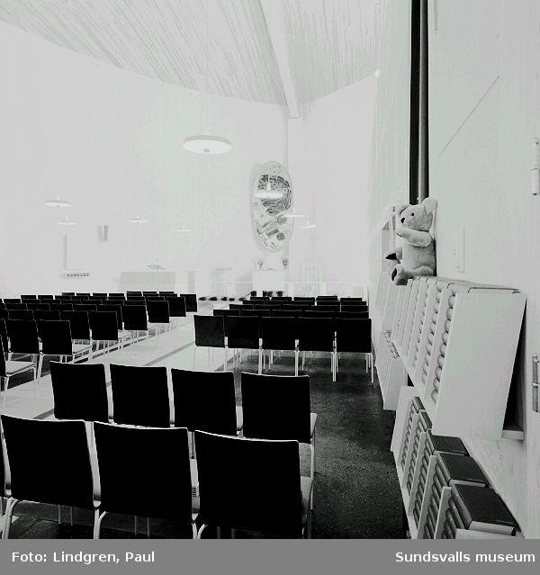 """Interiör från Nacksta kyrka, ritad av arkitekt Peter Celsing, och invigd 1969. I fonden Vera Nilssons altartavla """"De tre vise männen""""."""