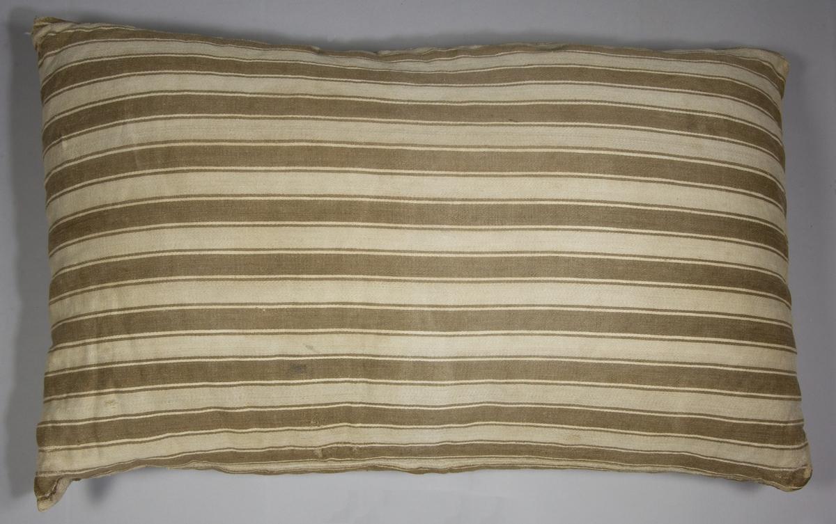 Kudde av handvävt linnetyg, vävt i kypert på tre skaft och handsydd. Varpen randig i oblekt och ljusbrunt med enfärgat ljust inslag.