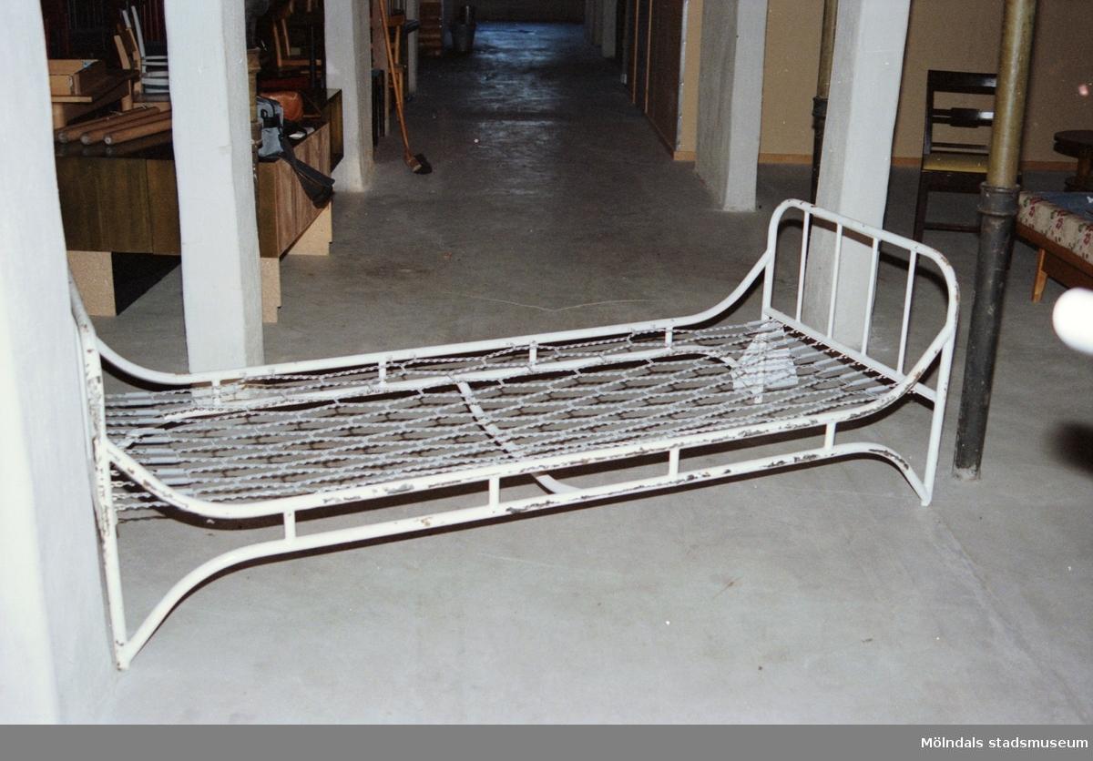 """Saker som stod på Streteredshemmets vind innan Mölndals museum hade sin utställning """"Är du inte riktigt klok?"""". Årtal okänt."""