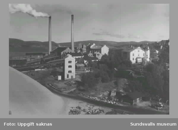 1 Frånö. Västernorrlands läns första massafabrik i produktion 1896.2 Packsalen i Frånö sulfatmassafabrik3 Pråmar med sågat virke lastas vid Kramfors Västra sågen ca 1900.4 Kramforsviken ca 1920. I fonden Västra sågen.06. Östra sågen, Kramfors AB