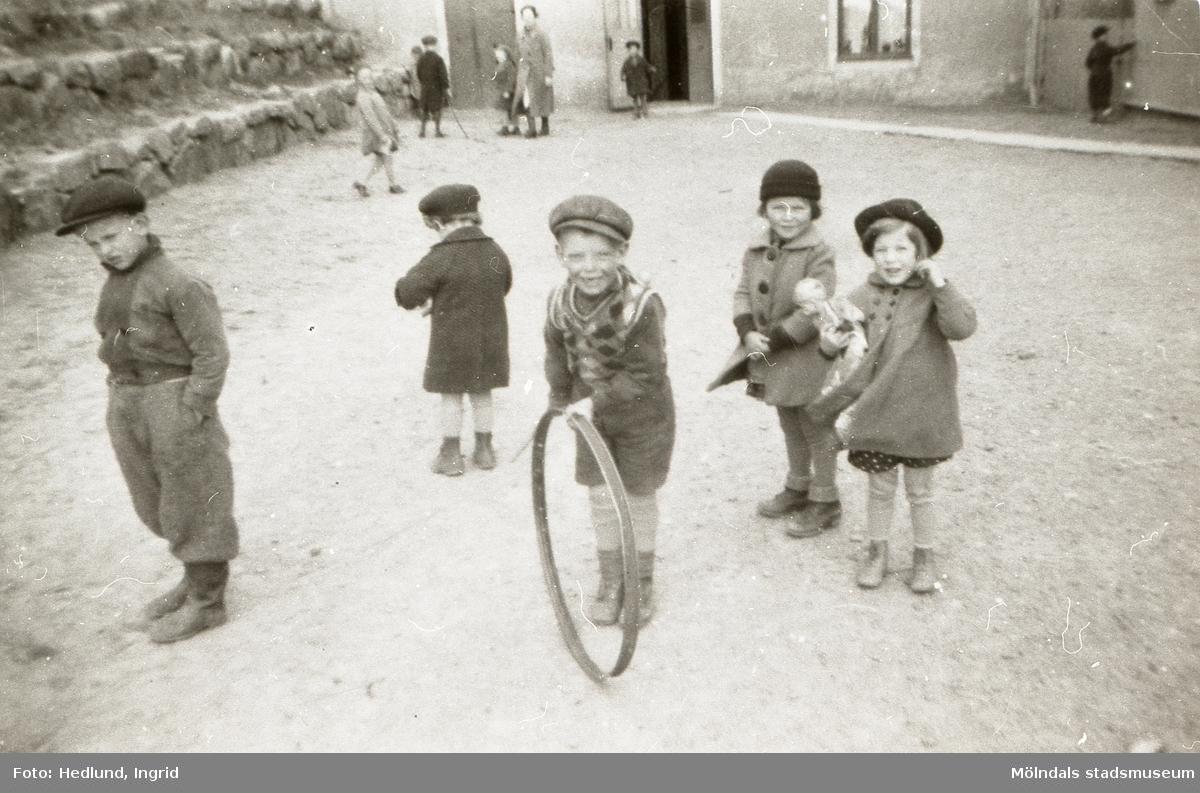 Bosgårdens barnträdgård 1939. Leif, Lille Göte, Göte med tunnband, Kicka och Mona leker utomhus.