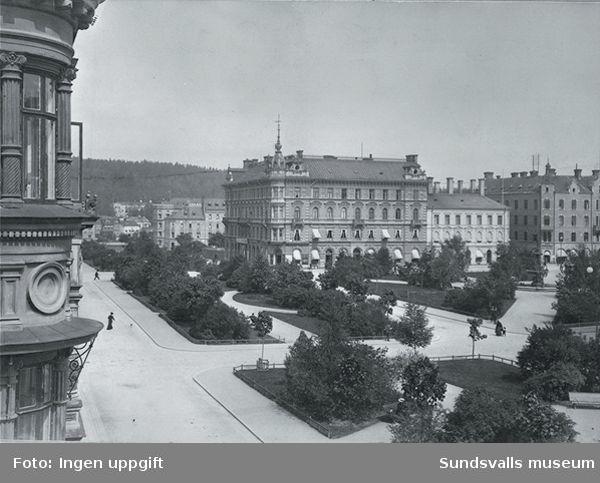 Bilden från vänster i  förgrunden kvarteret Rätten (Centralhotellet), Esplanaden mot norr och Vängåvan. Efter Storgatan bland annat det Kihlmanska huset. I bakgrunden mot Selångersån magasinbyggnad och Sundsvalls lasarett.