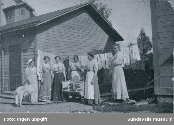 """Bild från """"Torpet"""" efter Fridhemsgatan (då Bergsgatan). Pigor hos fastighetesägaren A. F.  Lörgren."""