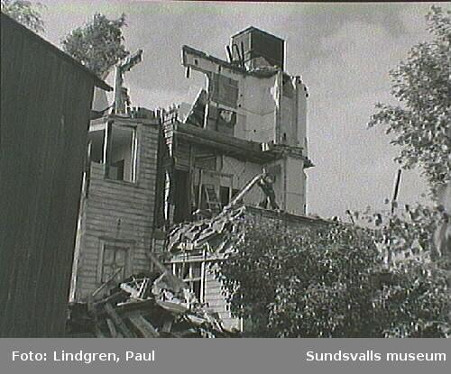 Ur Paul Lindgrens och Helge Höglunds Södermalmsinventering, genomförd 1963 på uppdrag av Hallström & Nisses. Troligen är detta det Cederbladska huset, Bergsgatan 39, som rivs.