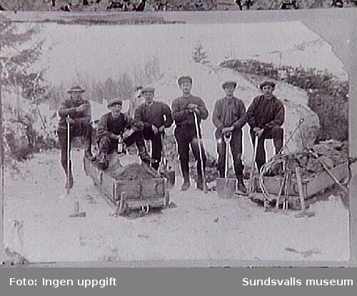 AK-arbete april 1921. Fr v Vilhelm och Karl Röding, Sörböle, Hilding och Albin Lindholm,Hilding Söderberg, Kalle Larsson alla fyra från Lucksta.