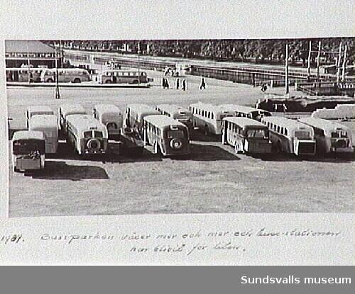 Parkerade bussar på hamnplanen. Lastbilscentralen i bakgrunden. Tivolibron till höger.