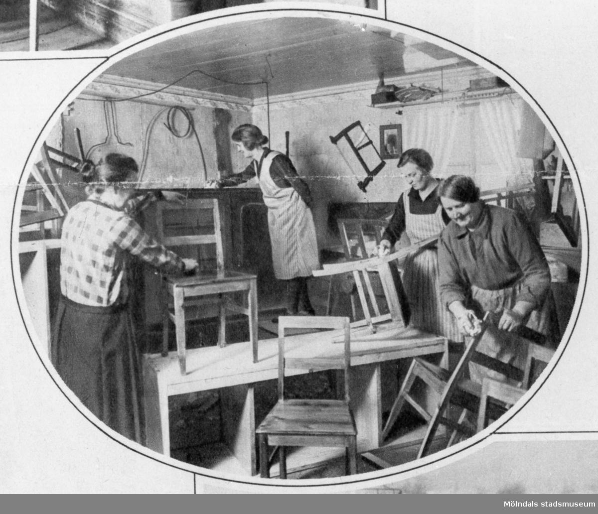 Fyra kvinnor som polerar stolar.Bilderna 1993_0448-0453 är reproduktionsfotograferade ur en artikel i Vecko-Journalen, från år 1930, angående möbelsnickeriverksamheten i Lindome.