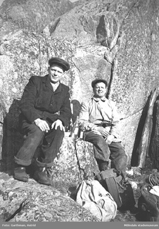 Arbetskamraterna Claes Karlsson och Helmer Garthman (t.v) är ute vid Näset och fiskar. 1950-tal.
