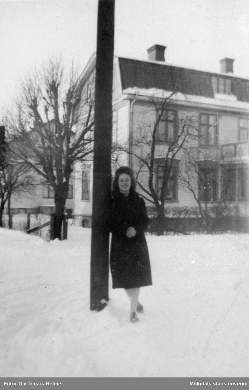 Astrid Garthman (född Karlsson) står på Mölndalsbro. 1930-tal.