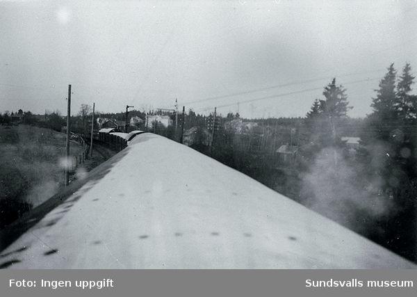 """""""På veien heim til gamle Norge fra Baggböle. Her begynner vår """"triumfferd"""".""""  (Bildtext i fotoalbum. Ägare Emil Tessem, Steinkjer.)Maj 1945."""