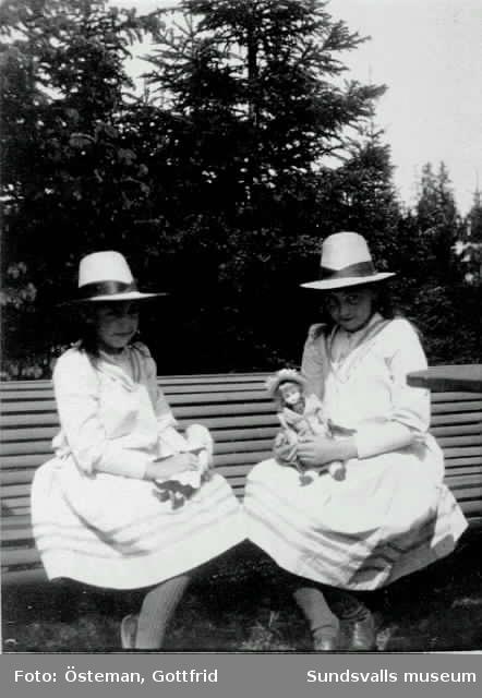 Flickorna Östeman med sina dockor. Agda, t v, gifte sig sedermera Olsen,Anna t h, f 1879 d 1921, gifte sig med Wilhelm Bünsow