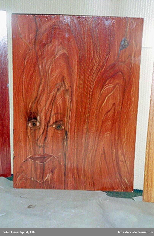 """Pedagogisk verksamhet i samband med tillfällig utställning """"Lindomemöbler"""".Ådermålade stolar av Almåsskolan klass 8. Ledare Alf Garthman."""