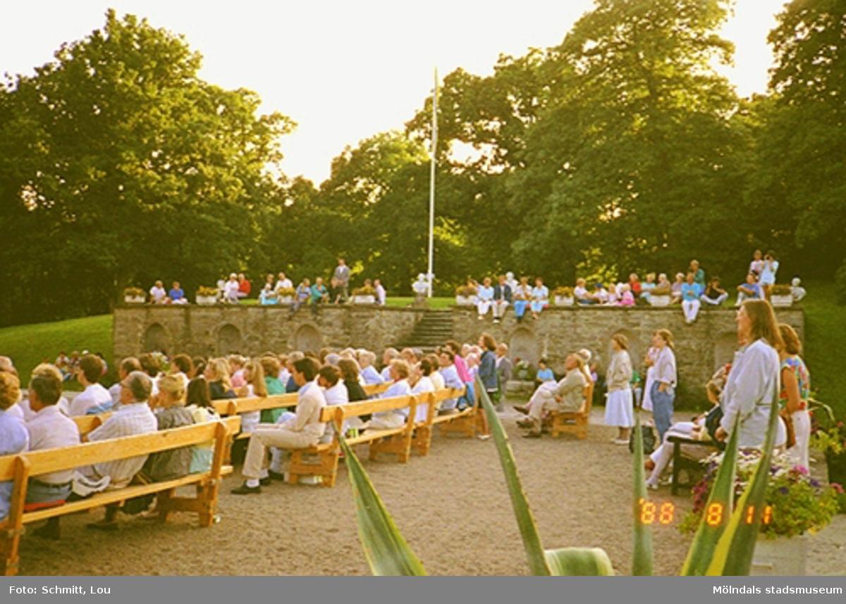 Publik på musikarrangemang vid slottet.