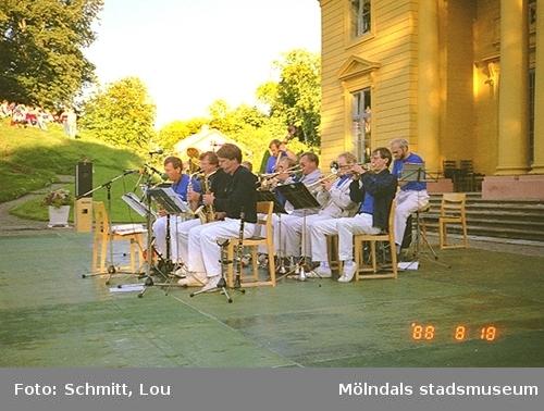 Orkester på scenen vid Gunnebo slott.