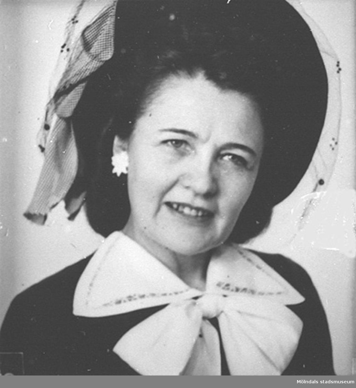 Del av fotokarta med 20 stycken porträttbilder av Karin Hasselberg (1903 - 1996) med och utan hatt. Karin började arbeta på Stretereds skolhem 1924 och slutade på 1960-talet. Hon hade en tjänstebostad på Stretered. Från 1940-tal till 1960-tal hade hon sitt hem på Skolgatan i Haga, parallellt med bostaden på Stretered.