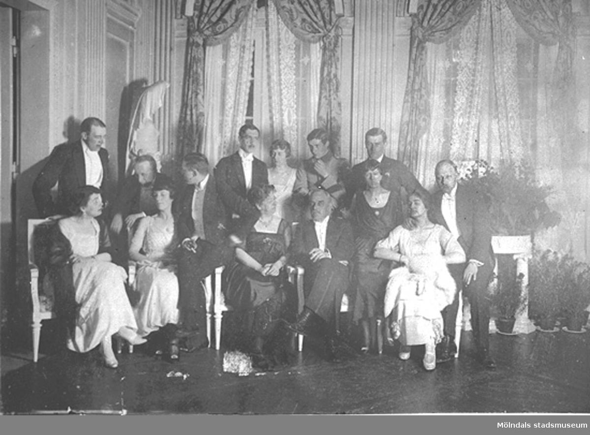 """""""Middag 17 april 1919"""".Vid detta tillfälle eklaterades förlovning mellan Margareta Sparre och Folke Sederholm, som syns tillsammans längst till höger. I mitten ses Hilda Sparre. Fotograferat från stora salongen på Gunnebo slott."""