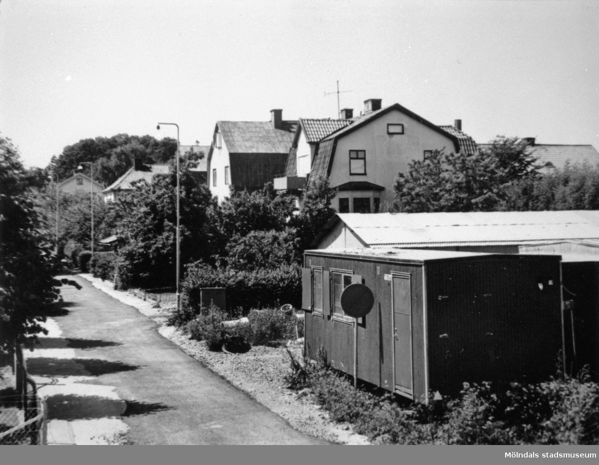 Barnhemsgatan innan husen revs inför bygget av Mölndals bro, 8 juli 1975.De hitersta husen är Barnhemsgatan 18 och 16 (f.d Ahlbergs skrädderi).