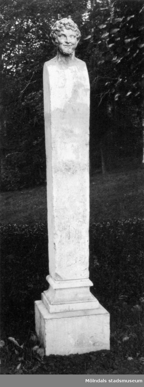 En av hermerna vid dammen i Gunnebo slottspark, 1930-tal.