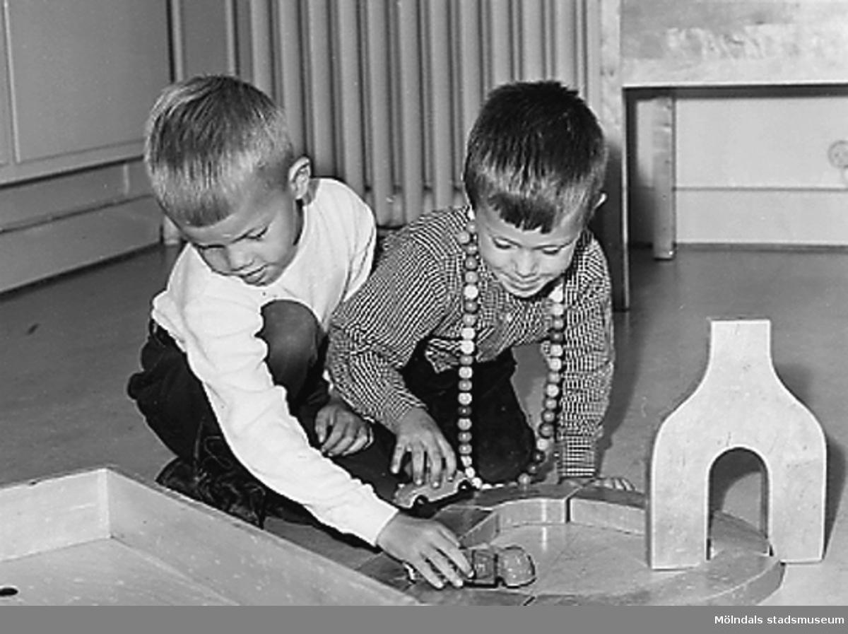 Två pojkar leker med byggklossar på golvet vid Holtermanska daghemmet 1953.
