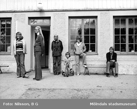 Fem fröknar och ett barn utomhus. Holtermanska daghemmet juni 1974.