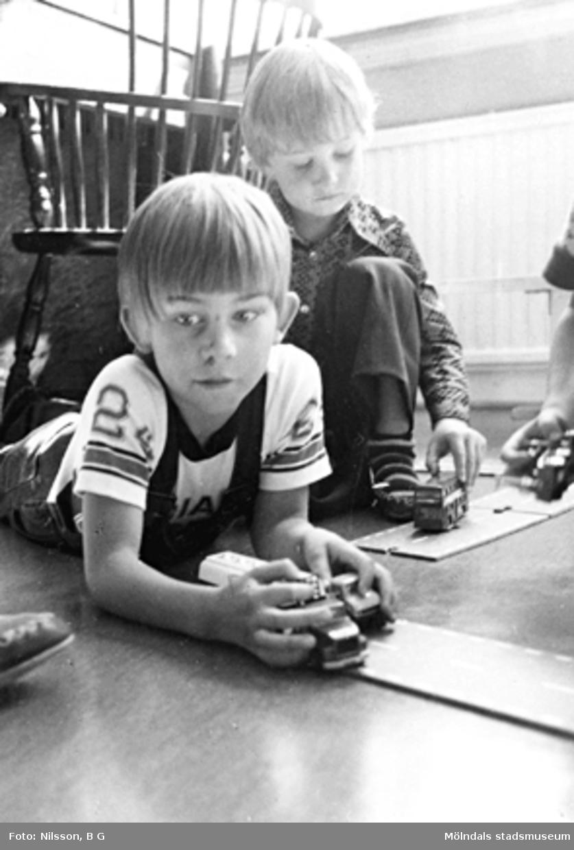 Två pojkar som leker med bilar. Holtermanska daghemmet, okänt årtal.