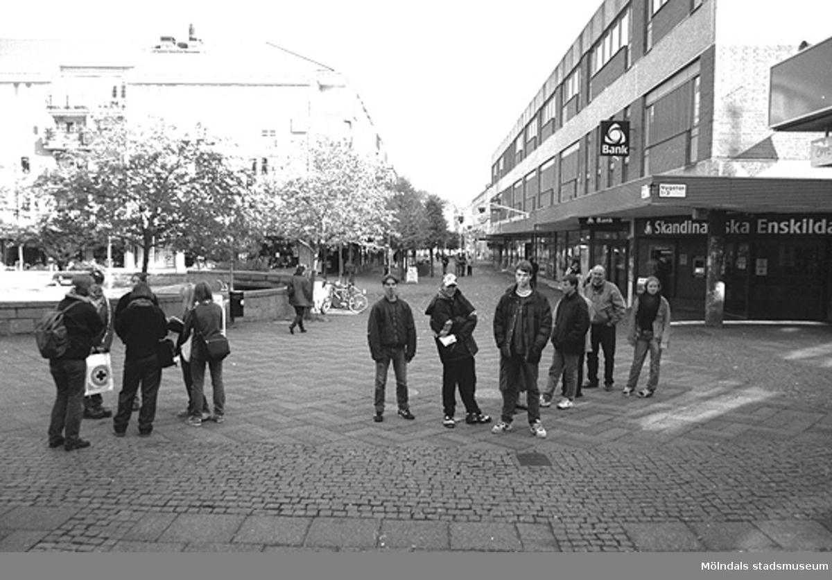 Ungdomar vid Alberts torg. Mölndalsbro i dag - ett skolpedagogiskt dokumentationsprojekt på Mölndals museum under oktober 1996. 1996_1005-1023 är gjorda av högstadieelever från Kvarnbyskolan 9A, grupp 6. Se även 1996_0913-0940, gruppbilder på klasserna 1996_1382-1405 samt bilder från den färdiga utställningen 1996_1358-1381.