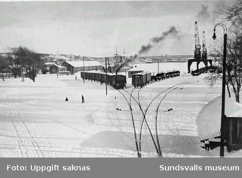 Vykort med texten  Nya hamnen.  Förlag: AB Alga