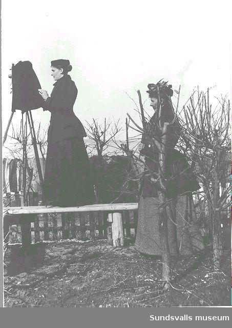 Fotograf Maria Kihlbaum med reportagekameran och assistent.