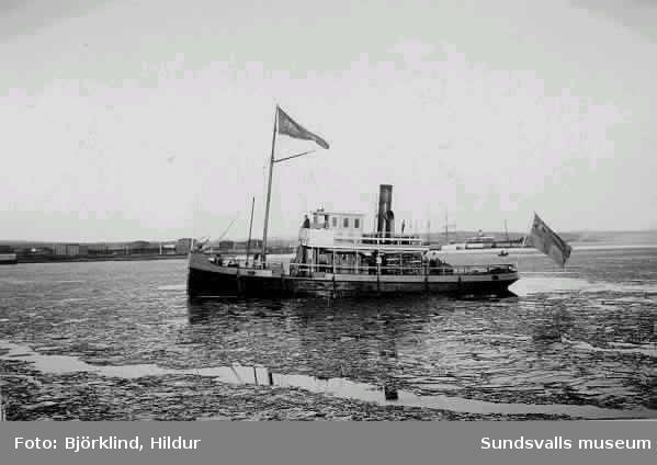 Bogserbåten Skönvik såldes av Skönviks bolag till (oläsligt) och fick namnet Sillre! Obs på Indalen-utställningen  sitter en ritning till ombyggnad av båten./e u H Näsman 1977