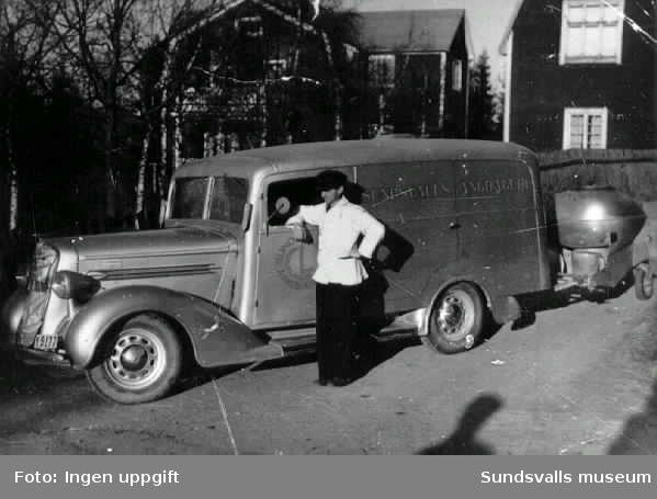 Sundsvalls ångbageri kör ut bröd under krigsåren 1942. Bakom bilden finns ett gengasaggregat. På den tiden var det även ovanligt att karossen täckte hjulen men denna bil hade en specialbyggd kaross för att rymma mycket bröd.